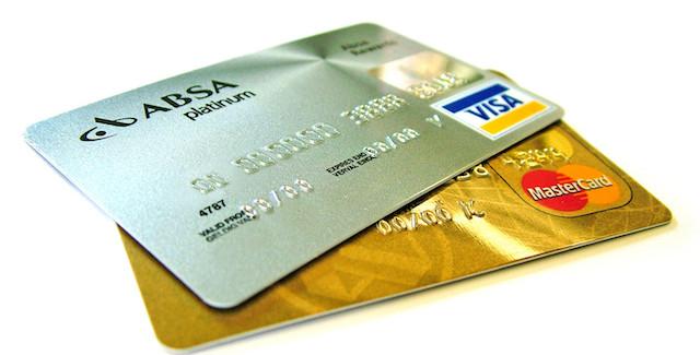 Tanti pagamenti con carte di credito e poche rapine in banca